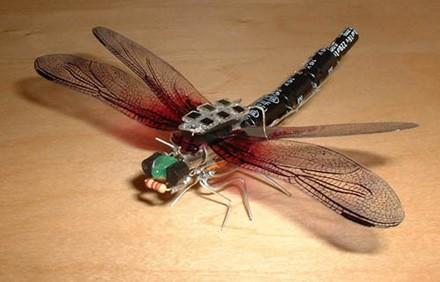 Miniatur Libelle mit Solarzellen