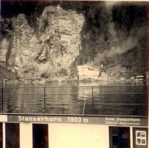 Mit der Autofähre an der Matt vorbei ca 1956, Aufnahme aus der Autofähre auf der Fahrt vom Winterstandort Rotzloch nach Beckenried. Foto: odh