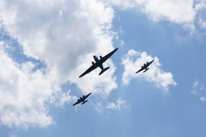 Training für die Airshow 14. DC 3 und Beech 18 , Formationsflug über Grandcourt Foto: C H. Odermatt