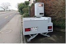 Radargerät auf Anhänger in der 50er Zone in der Gemeinde Thal im Kanton St. Gallen (Bild: Wikipedia)