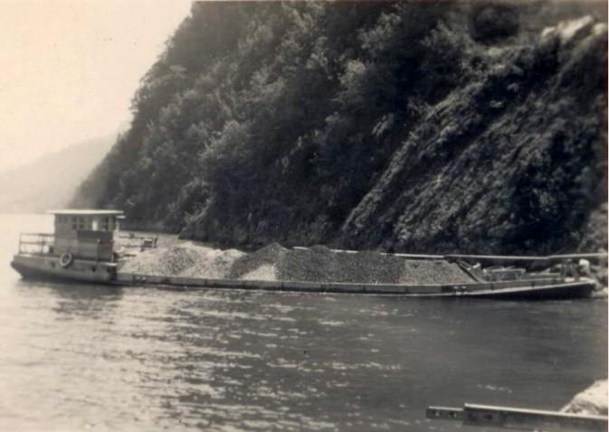 Abtransport von Bergschotter - mühsame Handarbeit. Der Schwalmis wird richtig ins Wasser gedrückt!