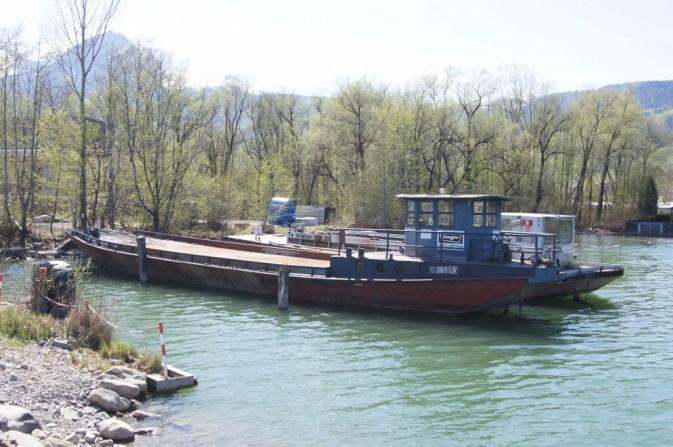 Steinrose auf dem Sarnersee, daneben das Arbeitsschiff Tschiffeler, OW 20, Foto, c H. Odermatt