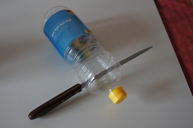 Eine PET flasche und ein Brotmesser schaffen Abhilfe