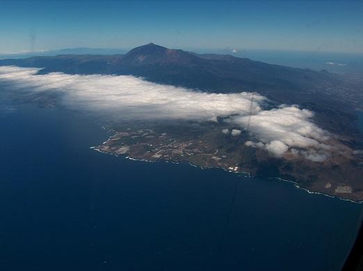 Teneriffa: Die Nordseite wird mit feuchter Meeresluft angeströmt . Es entseht Stau und Feuchtigkeit wird ausgeschieden. Die trockene Luft erreicht den Süden, hier nicht über das Hindernis sondern um das Hindernis, den Teide herum.