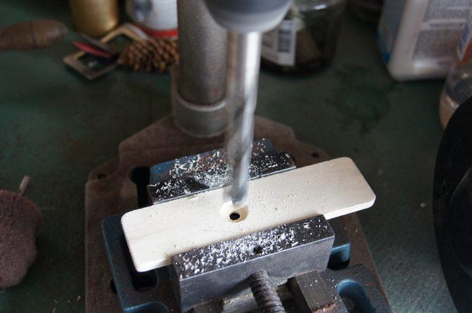 Bohren des Loches für den Schnappverschluss