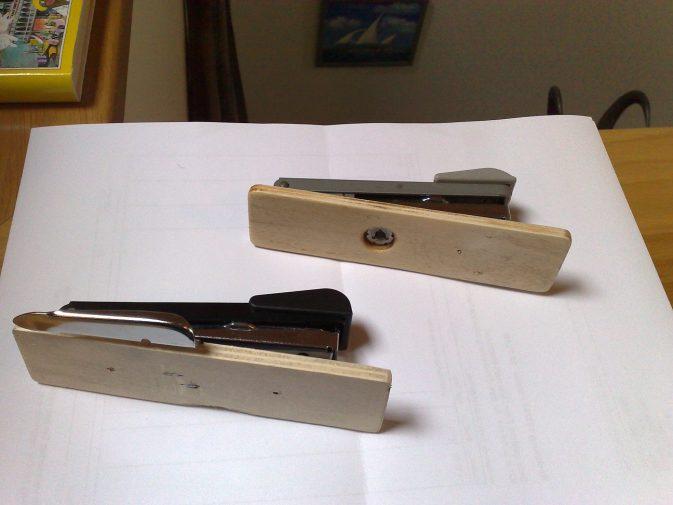 Die neuere Variante hat den Schnappverschluss in das Auflagebrett integriert, also musste ich mir selbst etwas einfallen lassen. Die Verbindung erfolgte über zwei feine Senknieten (Pop).