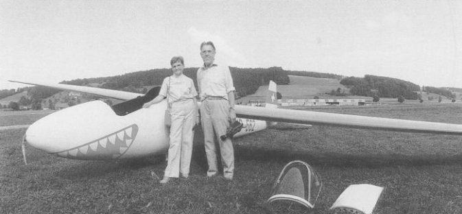 Hilda und Ruedi Sägesser auf dem Flugfeld Luzern-Beromünster Die WLM-2 HB-562 wurde in Thörigen revidiert Bild IG Albatros