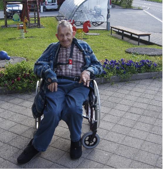 Sogar Paul von Flüe, Bewohner des Felsenheims  ist schon früh beim Villiger Kiel! Im Boschettli wirbt er für Rio 6, für unterwegs... Foto Herbert Odermatt