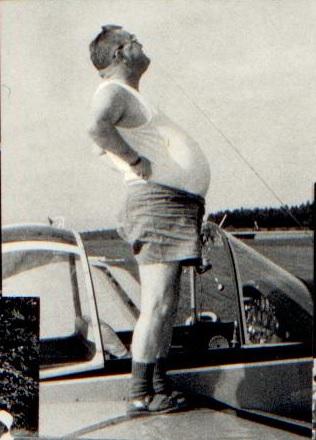 Otto Büttiker, hier als Schlepp-Pilot auf dem Flügel der Käseglocke, der Morane Commodore, dem Luftamtschlepper in Montricher - Foto und copyright Herbert Odermatt