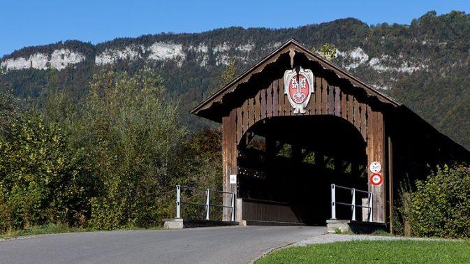 Die Fadenbrücke, die sämtlichen Verkehr von Buochs nach Stans und Richtung Flugzeugwerk bzw. Flugplatz zu bewältigen hate.