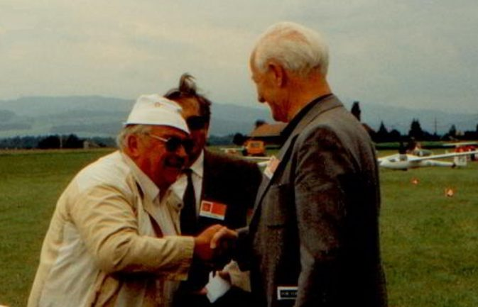 Hans Nietlispach (li) begrüsst an einem RAL in Bern einen alten Bekannten: Jakob Geering. Foto: Herbert Odermatt