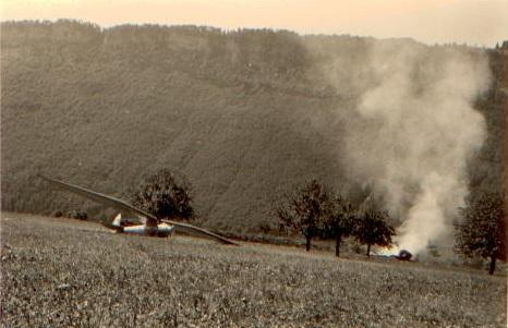 S-18, HB-287 wurde kurzerhand verbrannt. Daneben sehen wir das S-22, HB-276 mit 17 Metern Spannweite