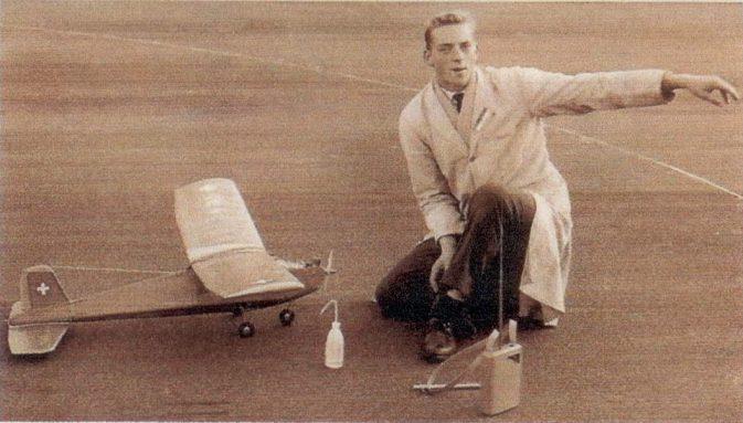 """Primus Wyrsch mit dem RC-Modell """"Rudderbug"""", gebaut von Herbert Odermatt - BIld Primus Wyrsch"""